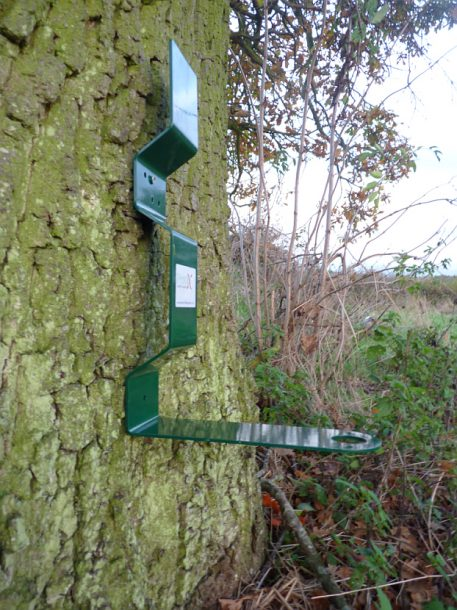 PERDIX Farmland Feeder Post mount on tree
