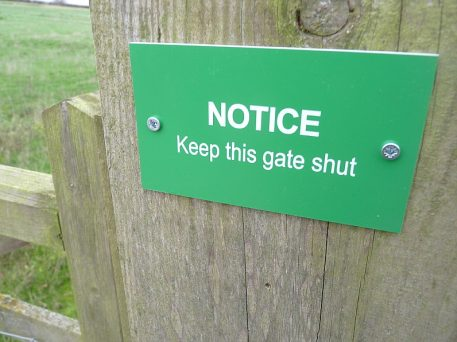 eep Gate Shut farm sign
