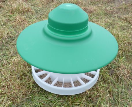 Outdoor 2.5kg feeder for partridges, pheasants, bantams and chickens
